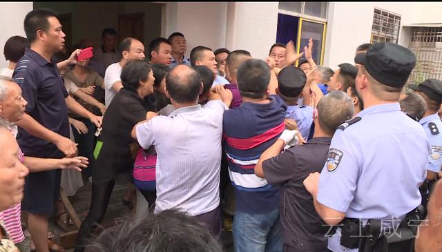 逝者親屬小區內辦喪事 殯葬執法人員勸阻反被打