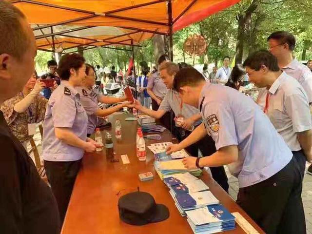 东湖分局在武汉科技大学城市学院开展大学生落户进校园、三防集中宣传活动