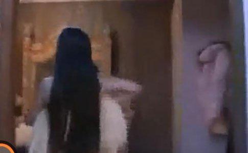 黄色全裸视频_干露露全裸视频遭母亲曝光 节目现场失控痛哭