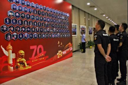 潜江公安构造民警参观湖北公安百名英模人像拍照展