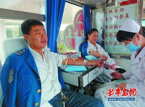 成人第四色撸撸_52名公交人撸袖子献血