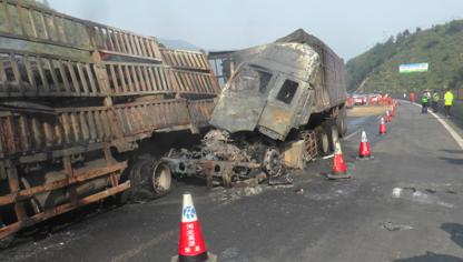 保阜高速兩貨車追尾起火 消防官兵緊急出動救援
