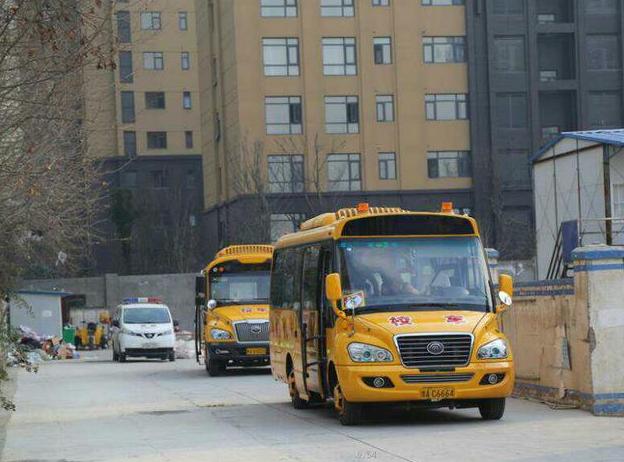 校车安全事故?y?'_——郑州交警一大队组织开展校车安全事故应急疏散演练活动