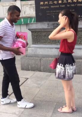 当街扇男友耳光_外籍男友郑州街头向女孩下跪表白,回应竟是耳光_大豫网_腾讯网