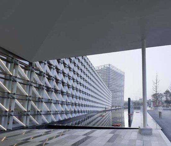 规划展览馆,位于郑东新区中央商务区景区商务外环路与九如东路交叉口