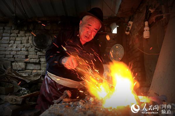 開封73歲老鐵匠堅守打鐵鋪 獲評非物質文化遺產