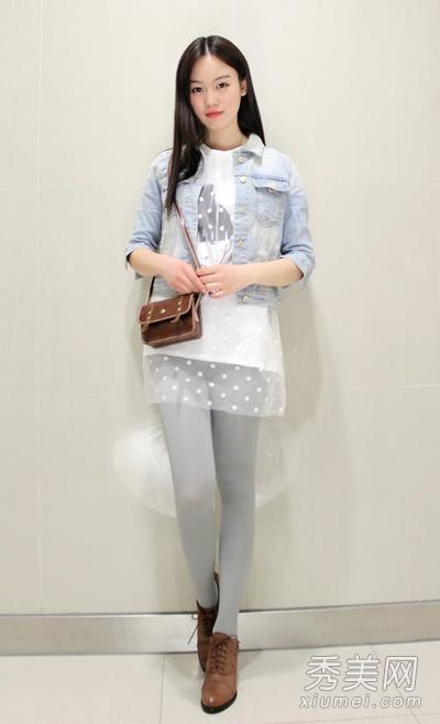 粉色短裙的白丝搔货_短裙丝袜秀美腿 黑丝白丝风格大不同_大豫网_腾讯网