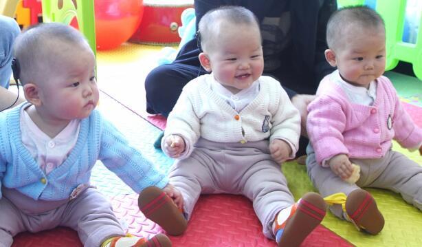 人工耳蜗助先天性听力损失三胞胎姐妹第一次聆听世界