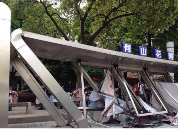 苏州游一公交车_苏州一公交车撞上公交站台 站台损毁严重_大苏网_腾讯网