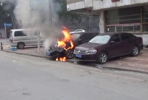 轿车停在五一路一饭店门口突然自燃 差点殃及邻车