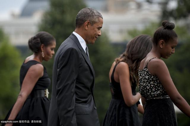 一家人都穿着隆重优雅的黑色系服装