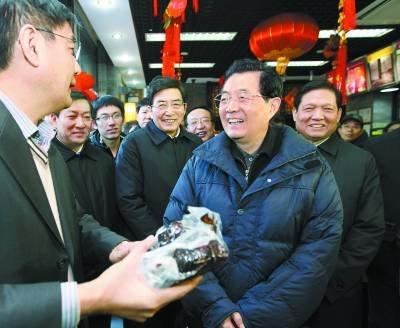 胡锦涛与首都群众欢度春节 与孩子们放鞭炮