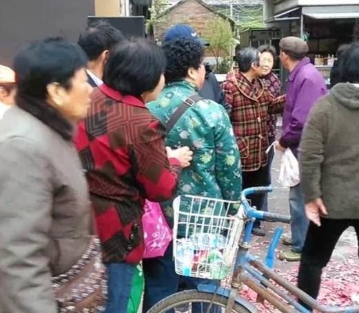 江蘇一樓盤促銷送抽紙 多名老人大打出手