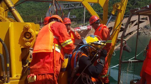 四川翻沉游船船�L�z�w被打�瞥鏊� 事故致15人死