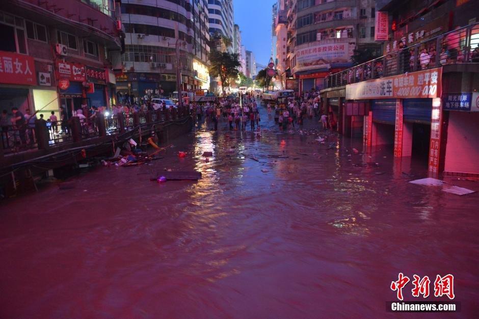 四川�_州遭暴雨洪�囊u�� 城市街道一片汪洋