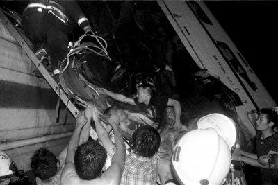动车追尾坠桥致203人死伤 专家称或因信号故障
