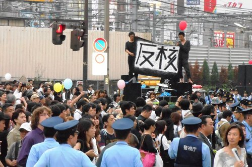 """6月11日,日本各地市民同时展开了 大规模""""反核电""""示威游行。"""
