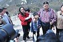 组图:毛新宇偕夫人游河南天池山 当众唱红歌