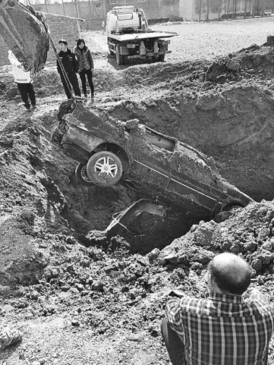 掩埋多日的肇事车被挖出