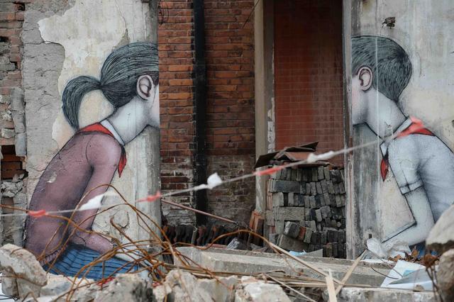 组图:艺术家在上海拆迁废墟上涂鸦走红网络