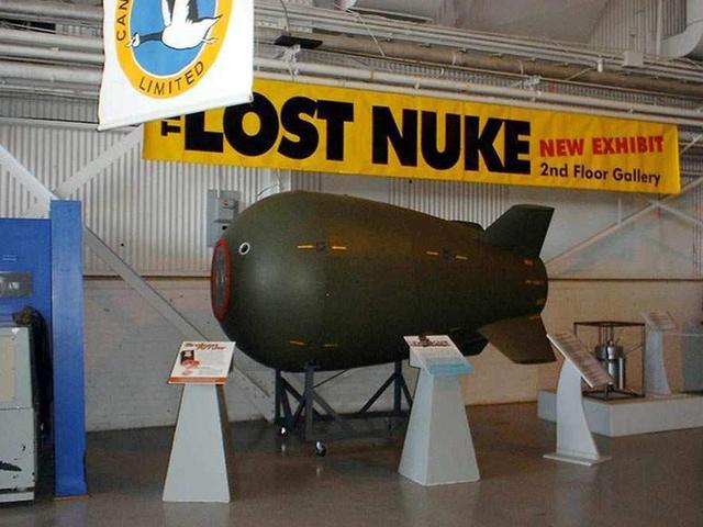 外国一潜水员海底发现一枚美国60多年前遗失的核弹