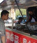 图片故事:大学生情侣毕业卖卤菜