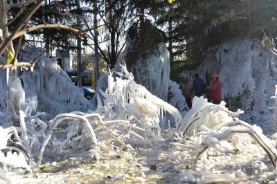 北京一水管爆裂 形成近300平米冰挂景观(图)