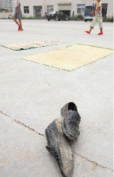 女子驾车三次加速冲进广场碾轧农民工(组图)