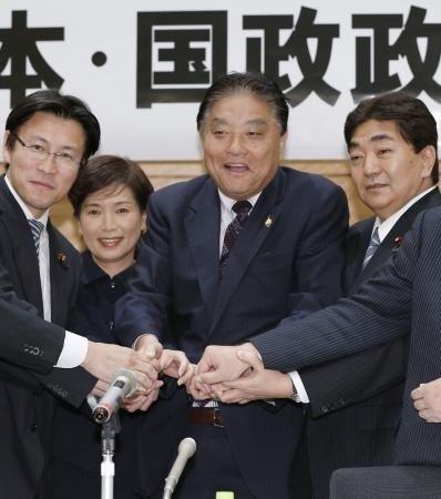 河村隆之(左三)