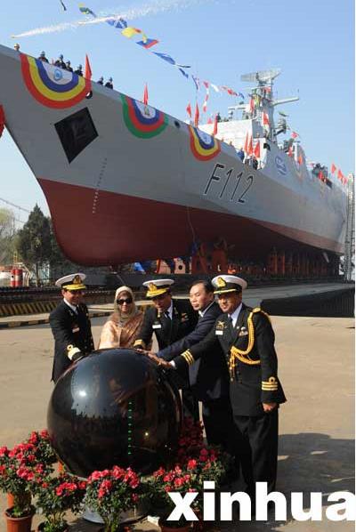 中国出口孟加拉新型护卫舰在武汉下水
