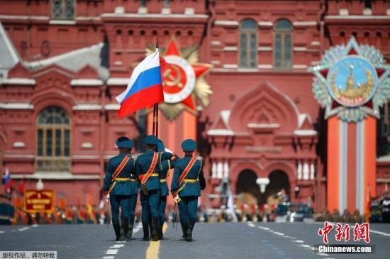 ��地�r�g5月9日,俄�_斯�e行盛大�兵式�c祝�l������倮�70周年。�D�槎砹_斯��旗入�觥�