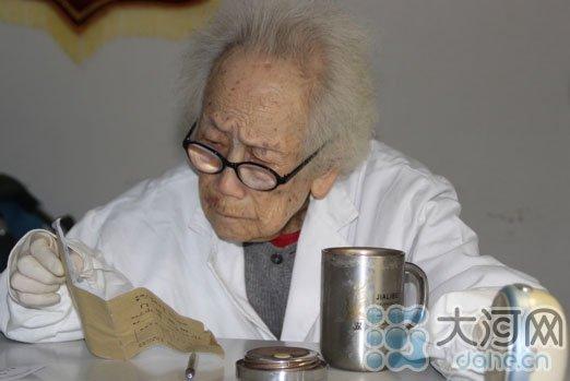 97岁女医生退休后社区坐诊20年 开药很少超百元