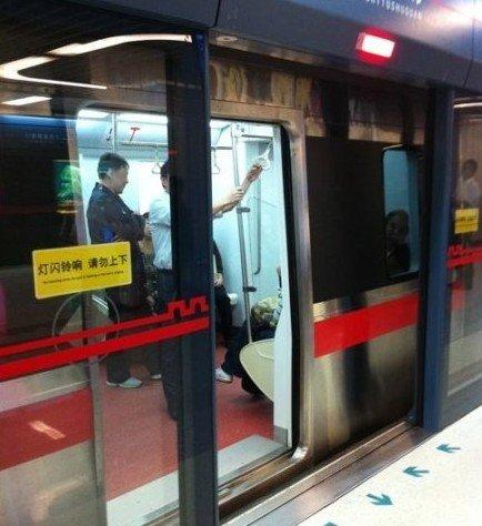 腾讯新闻西安站_西安地铁列车站台屏蔽门玻璃突发爆裂(图)_新闻_腾讯网