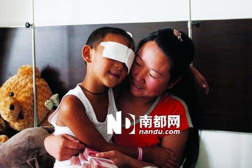 p    昨天,在山西省眼科医院,被挖双眼男童斌斌,继续在医院接受治疗,心情平缓。许多爱心人士纷纷前来探望,并留下了大量捐款。IC供图/p