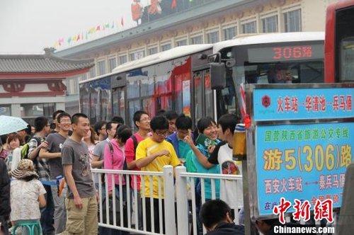 腾讯新闻西安站_西安至秦俑馆公交一座难求 游客排队逾百米_新闻_腾讯网