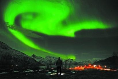 这是1月25日在挪威北部的特罗姆瑟拍摄的北极光。