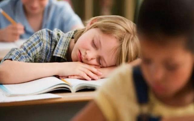 天才儿童如果被放置在普通教室里,学习没有挑战性的内容,可能会让他们因为无聊而放弃学习,反而成为差生