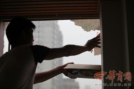 2015年西安一酒店玻璃幕墙自爆,砸坏多辆汽车