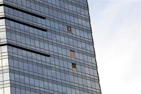 """受台风""""山竹""""影响,位于广州天河区万菱汇写字楼三副玻璃窗从高空坠落"""