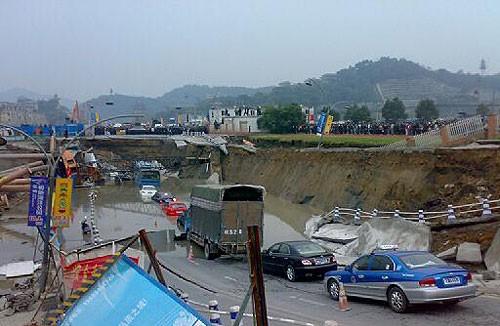 杭州地铁施工现场路面坍塌