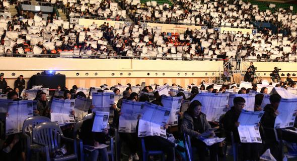图为首尔汉阳大学奥林匹克体育馆举办的某高考教育机构说明会上,学生家长和学生正在听取讲师的说明。(图片来源:韩民族日报社)