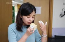 美女海归做试吃员月入5万 一天试吃上百种方便面