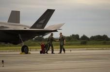 谁是战斗机之王?美F-22与挪威F-35贴身过招