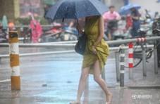 """台风""""温比亚""""登陆最大风力9级 市民出行狼狈"""