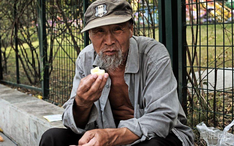 东北老头操妇女视频_乞讨者陈老头的一天