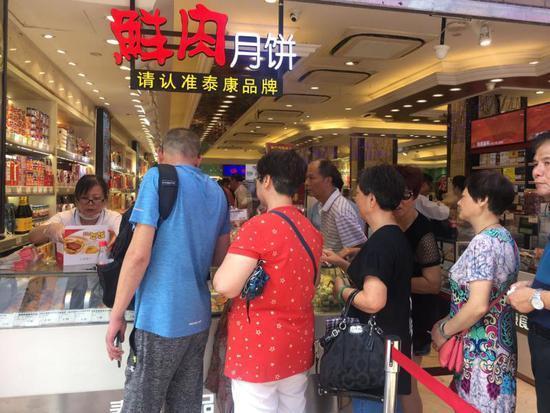 南京路步行街上月饼战打响 老字号创新引来外国游客