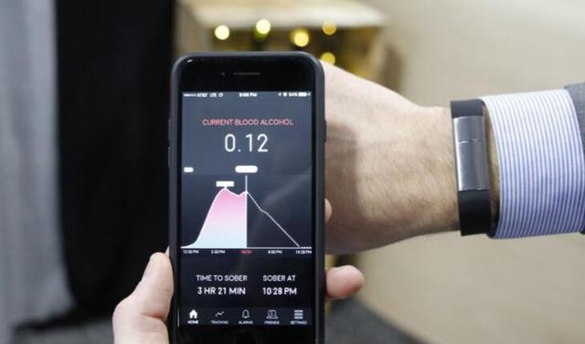 这款智能腕带可检测血液酒精浓度 还能预测何时酒醒