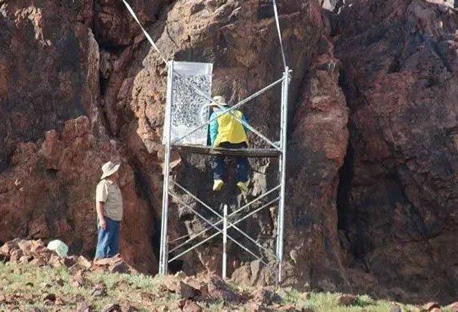 考古人员在杭爱山《燕然山铭》前工作