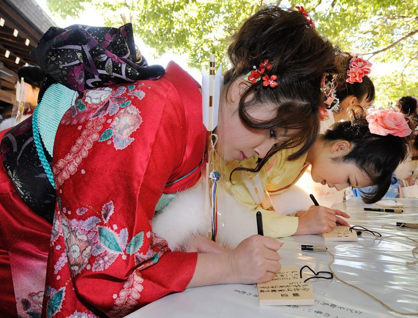 成年人日小幼女_日本女孩盛装庆祝成人节