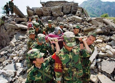 汶川地震感人母爱_2008年汶川大地震中的感人故事(事迹)-